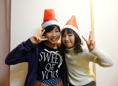 Singing Christmas carols with my host sisters ... in Japanese